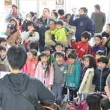 春のくろワン出発式:子どもたちの合唱が始まります(2013年3月31日)