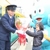 春のくろワン出発式:車掌さんに花束を渡して、出発です!(2013年3月31日)